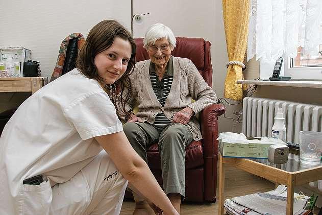Altenpflegehelferin Viktoria Braun ist seit 2016 im Team des Kaiser Wilhelm I Stift und kümmert sich gern um Waltraud Krause.FOTO: VMN