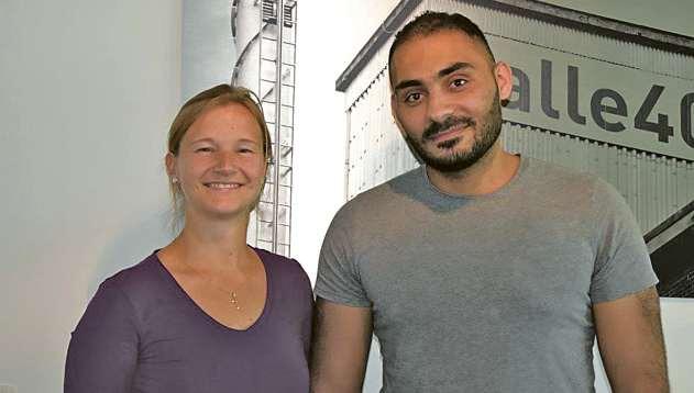 Anna Sophie Brandstätter, Personal- und Kundenberaterin von Nazareth, und Bassel Alali, der die Arbeit bei Nazareth aufnehmen konnte. FOTO: NAZARETH PERSONAL GMBH