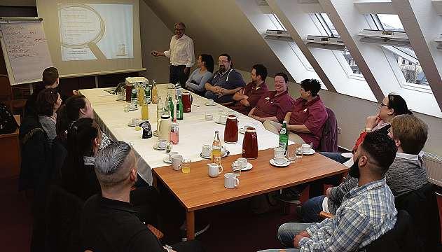 Hans-Georg Lipp leitet eine der vielen internen Fortbildungen im Domicil. FOTO: VMN